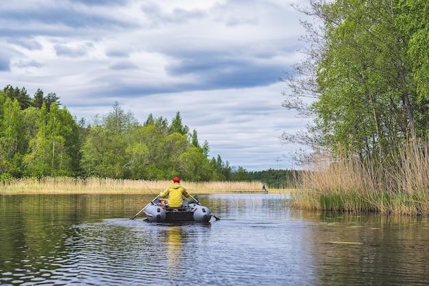 湖の膨脹可能なボートの漁師