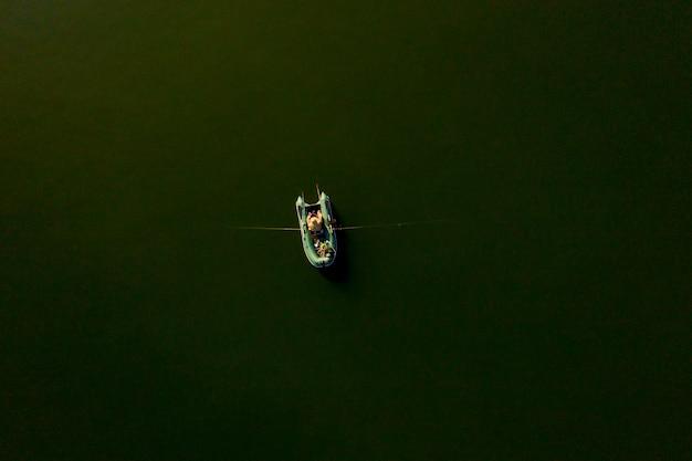 日没、漁師のライフスタイルで漁船に乗って漁師。