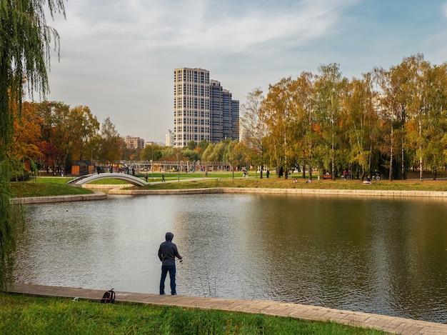 도시 호수 낚시에 어 부입니다. 모스크바.