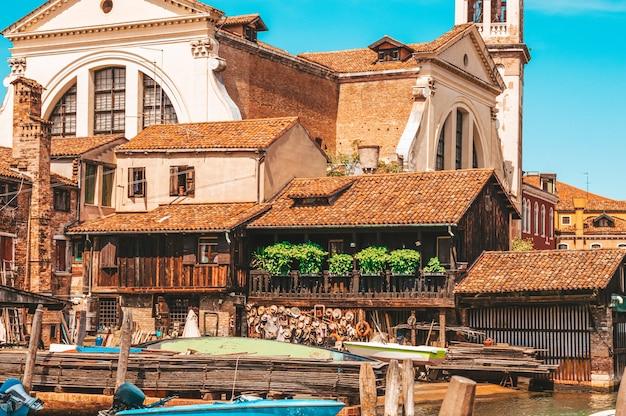 ヴェネツィアの漁師の家。観光と旅行のコンセプト。イタリアの建築。