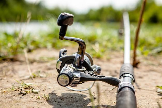 釣り竿に取り付けられた漁師のリール