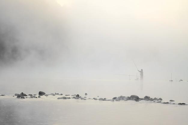 Рыбак стоит в воде