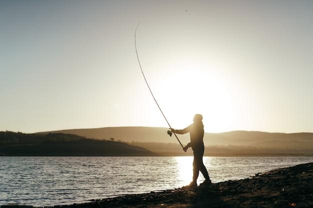 호수에서 낚시를 하는 어부