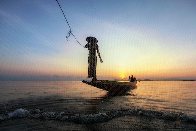 Рыбаки ловят рыбу утром.