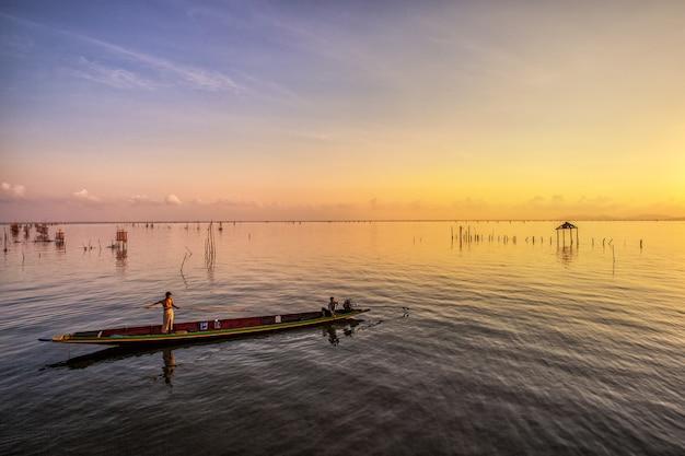 漁師は午前中に魚を捕まえる。