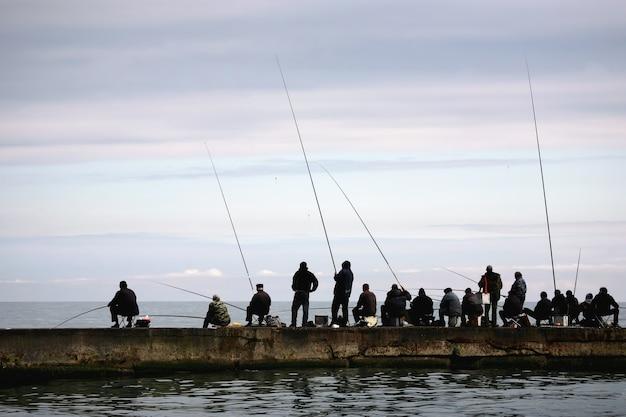 어부들은 바다에서 물고기를 잡는다