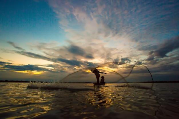 湖で釣りをしているときに行動している漁師。