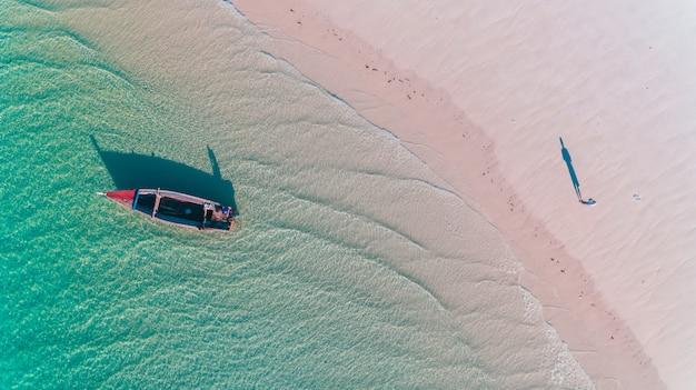 Дау рыбаков на острове мафия Premium Фотографии