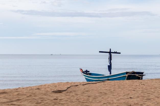 漁師の漁船がビーチに停まっています。