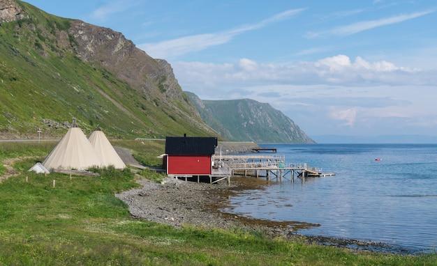 노르웨이 북부 사미족의 전통 고향 인 피셔 맨스 캐빈과 라부
