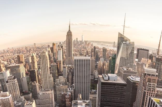 Рыбий глаз с высоты птичьего полета на манхэттен в нью-йорке, сша, панорама горизонта на закате, объектив рыбий глаз