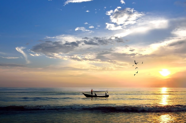 日の出の漁船セレクティブフォーカスボートのみに焦点を合わせる