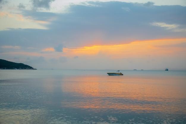 日没時の釣り船。