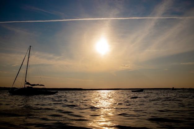 日没の湖での漁船。