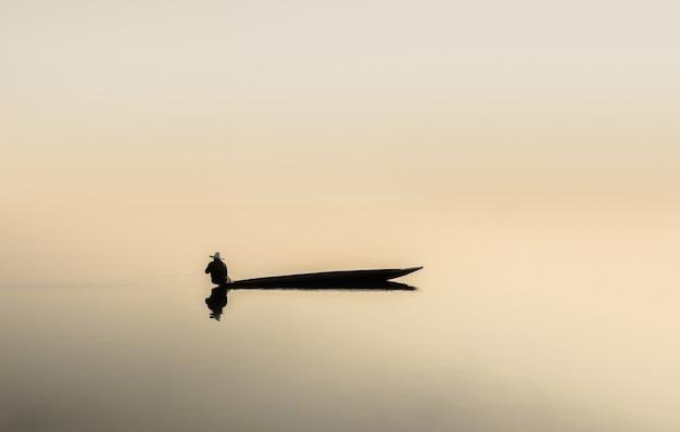 호수에서 낚시 보트