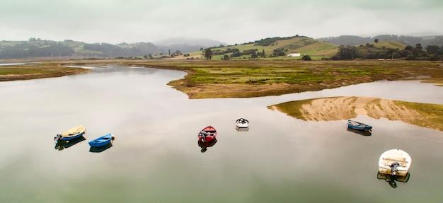 サンビセンテデラバルケラの河口にある漁船。アストゥリアスとカンタブリアの間。スペイン。海岸線のパノラマ写真