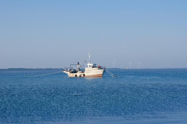 Рыбацкая лодка в устье
