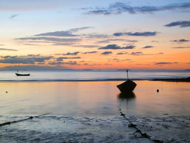 日の出の海で漁船