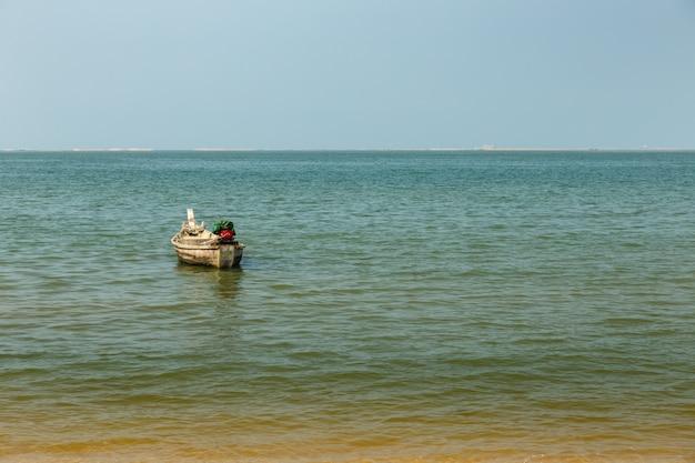海岸沖の漁船