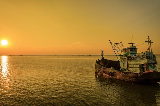 Рыбацкая лодка в сумерках, таиланд