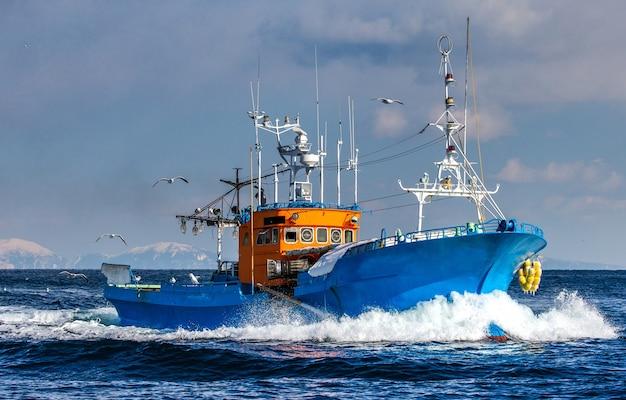 Рыболовное судно возвращается после рыбалки в свой порт