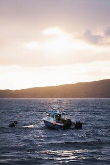 스코틀랜드 스카이 섬 근처 낚시 보트