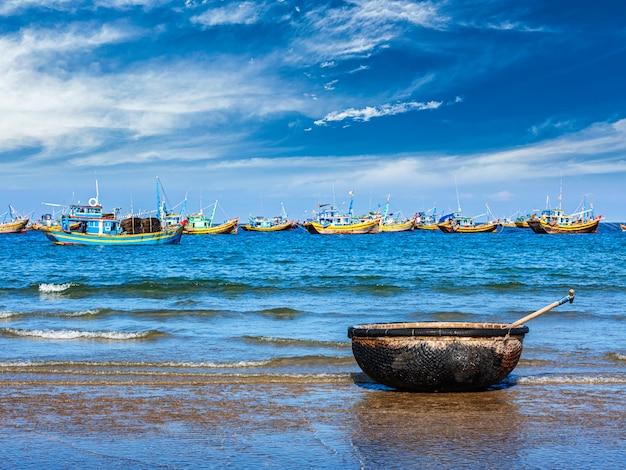 Рыбацкая лодка на пляже. муй не, вьетнам