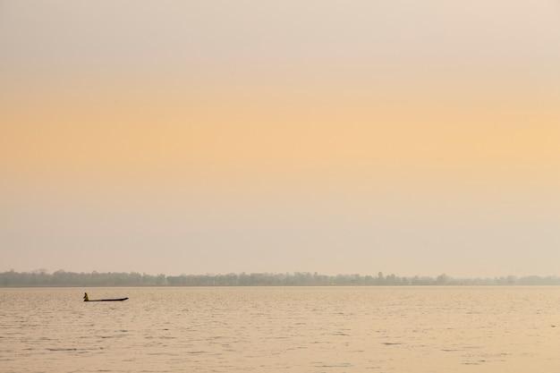 釣りのボート湖の小さなボート。