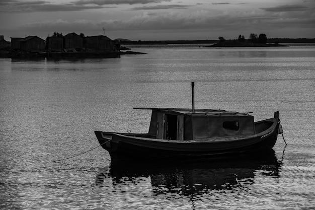 日没時の桟橋での漁船。ロシア、カレリア。