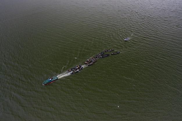 Barche da pesca, che galleggiano nelle acque calme e che vanno a pescare