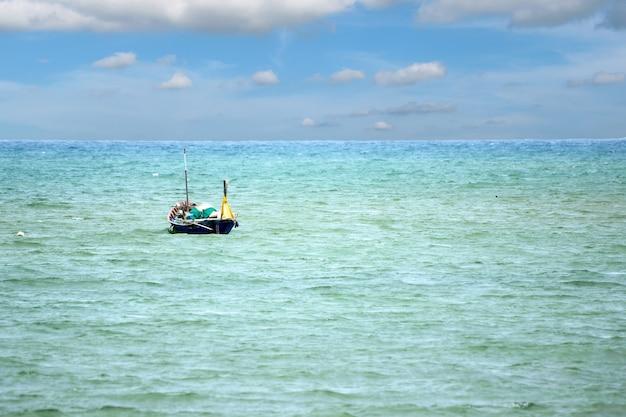 바다에 떠있는 낚시 보트