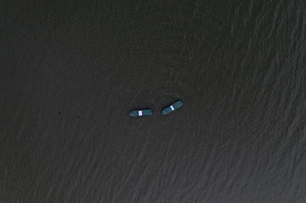穏やかな海に浮かぶ漁船と釣りに行く