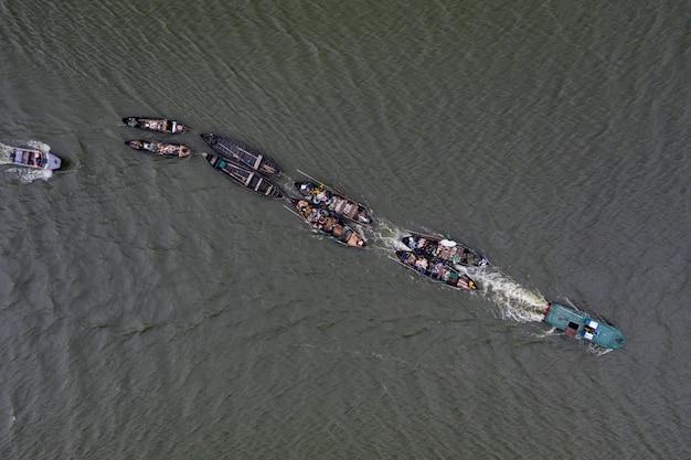 Рыбацкие лодки, плавание в спокойных водах и выход на рыбалку