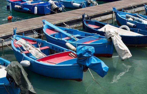 Рыбацкие лодки в гавани в италии