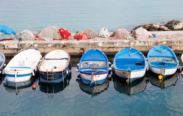 Рыбацкие лодки в гавани в южной италии
