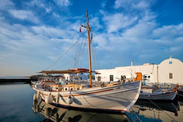 Рыбацкие лодки в порту науса, остров парос, греция