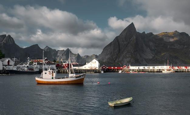 Reine lofoten 섬 노르웨이 마에서 선착장에서 낚시 보트.