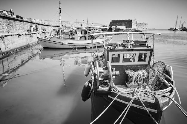 그리스 크레타 섬 헤라클리온의 베네치아 항구에서 낚시 보트. 흑백 사진