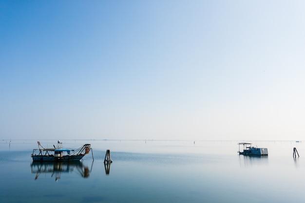 イタリア、ポー川ラグーン内の漁船。イタリアの風景。最小限の水のパノラマ