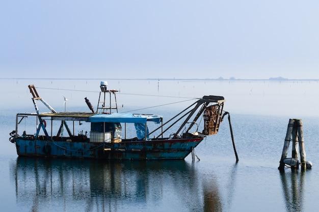 ポー川ラグーン内の漁船