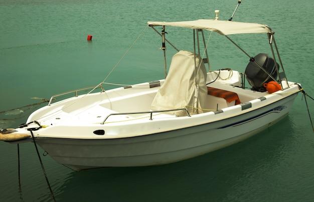 ギリシャ、ザンテの港に停泊する漁船