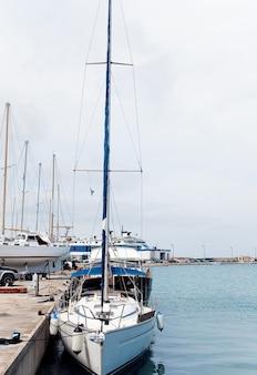 Рыбацкие лодки пришвартованы в порту города занте, закинф, греция