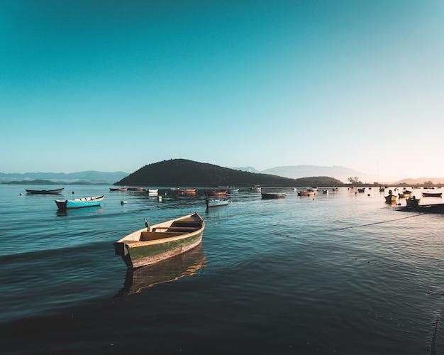 美しい澄んだ青い空と海の水に漁船
