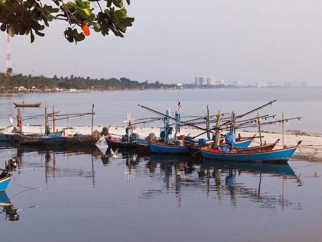 Стоянка рыбацких лодок на пляже