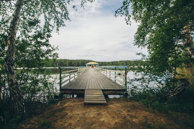 川沿いの釣り橋。ボートが湖に着陸。水と輸送