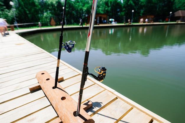 Рыбалка на озере, природная серия, удочка, туризм