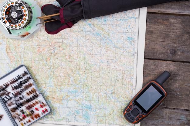 フライフィッシングタックルとマップを使った釣りの旅
