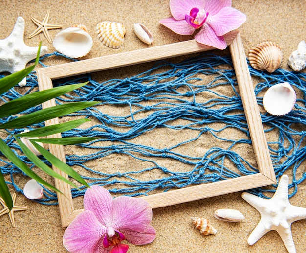 바닷가 모래에 그물과 나무 프레임 낚시
