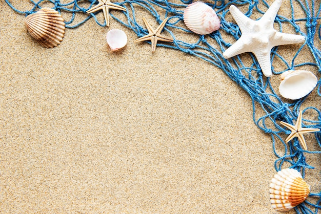 바닷가 모래에 그물 낚시