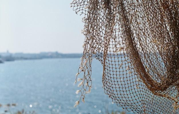 海の背景にある漁網